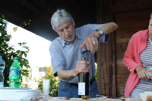Flaschenöffner Sepp Ottiger; Hock beim Kölliker Strohdachhaus am 27. Juni 2016