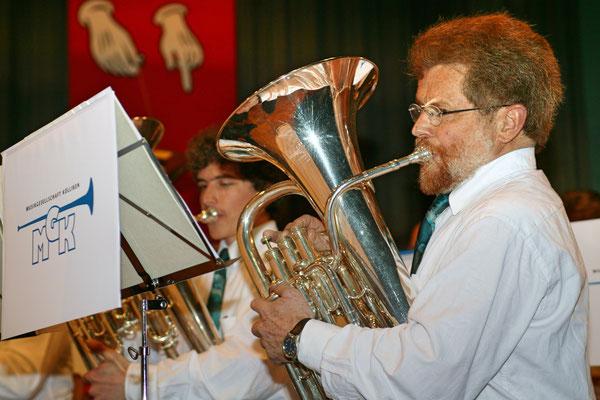 Jahreskonzert 19. März 2005; Hansjörg Ammann 20 Jahre MGK-Dirigent; Lui Huber (rechts), Christoph Huber (links)
