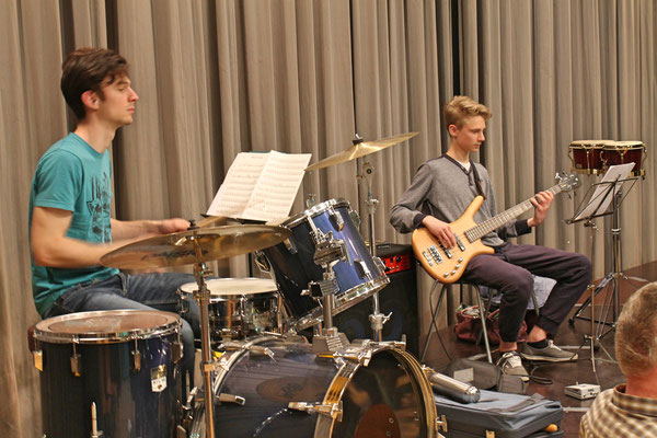 Claudius Ammannn (Schlagzeug), Valentin Ammann (E-Bass); Generalprobe vom 29. März 2017 in der Mehrzweckhalle fürs Jahreskonzert vom 1. April 2017