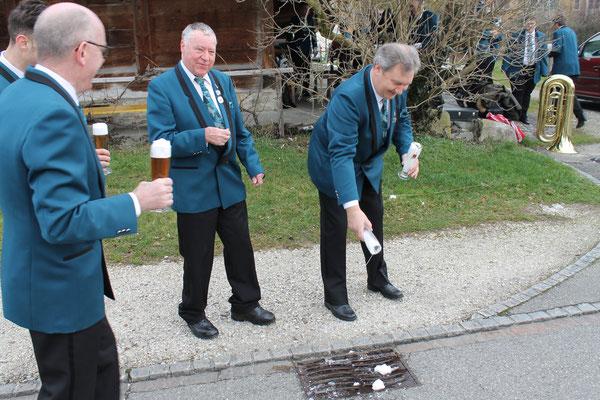 Daniele Fabbro, Claudius Ammann, Kurt Baumann und Albert Furrer schütten das «Bier» weg («Bier» bestand für die Fotos aus Tee und Rasierschaum). 28. Februar 2016