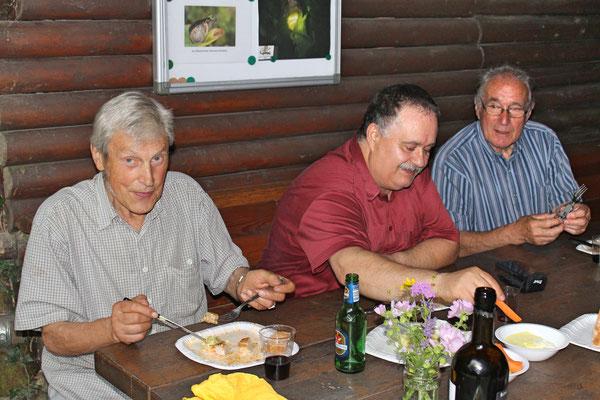 Hock (Grillieren) bei der Waldhütte Salamander Kölliken 1. Juli 2019; v.l. Sepp Ottiger, Giovanni Pisano, Hans Boner