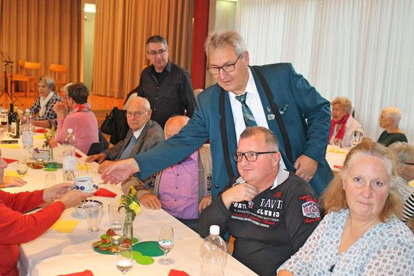 Geburtstagskonzert 28. Oktober 2018 Arche Kölliken; Albert Furrer serviert Kaffee