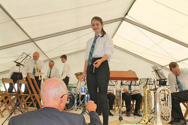 Konzert im Festzelt auf dem Dorfplatz am Sommernachtsfest vom 18. August 2019; ... doch nicht ... Annamaria Gamp übergibt den Taktstock an Hansjörg Ammann