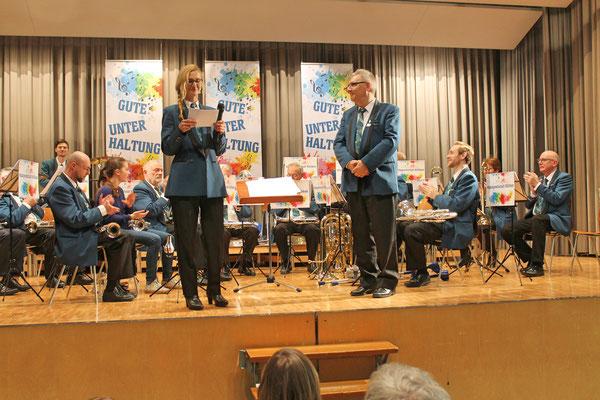 Jahreskonzert vom 23. März 2019 MZH Kölliken; Co-Präsidentin Carolina Ammann gratuliert Albert Furrer zu seinem 35 Jahr-Jubiläum (Eidg. Veteran)