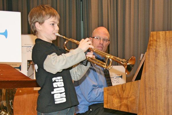 Musikschüler Jens Arnold begleitet von Musiklehrer Hansjörg Ammann