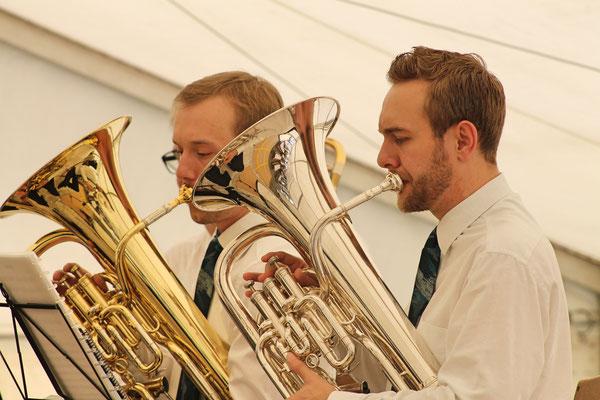 Konzert im Festzelt auf dem Dorfplatz am Sommernachtsfest vom 18. August 2019; Matthias Graber (links; Euphonium), Matthias Zeltner (Euphonium)
