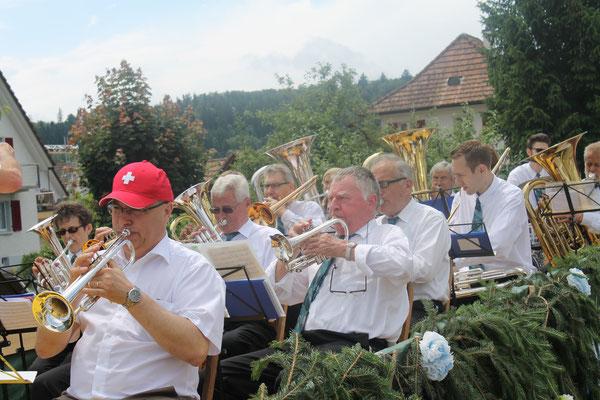Markus Brechbühl (Trompete); dahinter Kurt Baumann (Cornet); neben Kurt: Max Hächler (Es-Horn); Jugendfestumzug 24.06.2016
