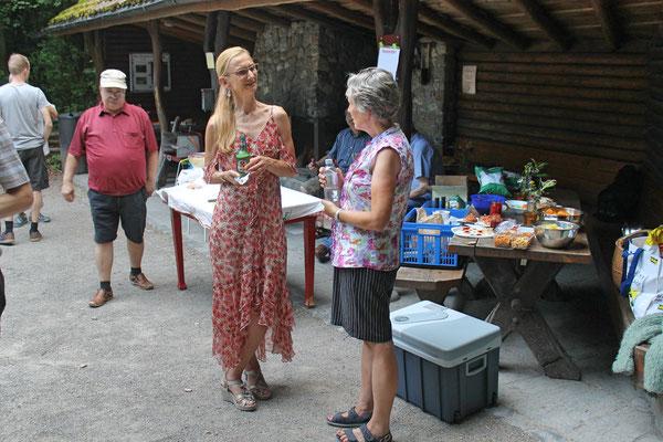 Hock (Grillieren) bei der Waldhütte Salamander Kölliken 1. Juli 2019; Carolina Ammann (links), Daniela Zeltner