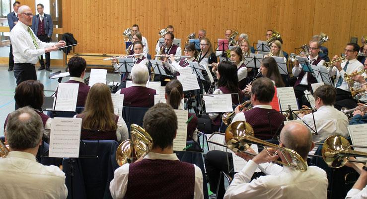 MGK-Dirigent Hansjörg Ammann probt mit der MGK und dem MVU «Highland Cathedral»; Probesonntag MGK/MVU am 28. Februar 2016