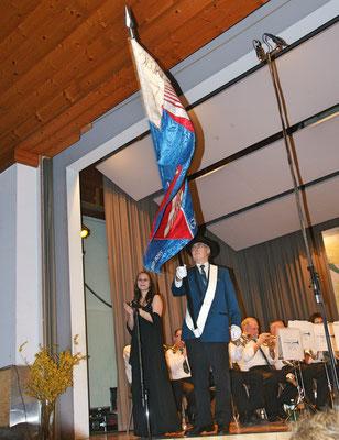 Ehrendame Flavia Zeltner, Fähnrich Herbert Suter; Jahreskonzert 23. März 2013 Mehrzweckhalle Kölliken