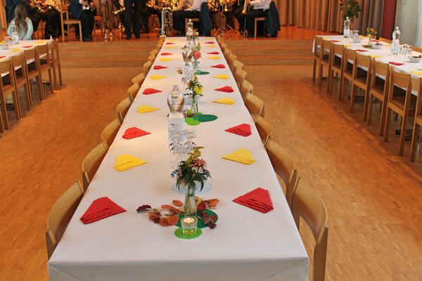 Geburtstagskonzert 28. Oktober 2018 Arche Kölliken; geschmückte Tische warten auf die Gäste