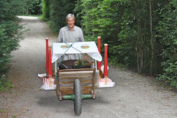 Hock (Grillieren) bei der Waldhütte Salamander Kölliken 1. Juli 2019; Sepp Ottiger rückt mit Grasbäre an.