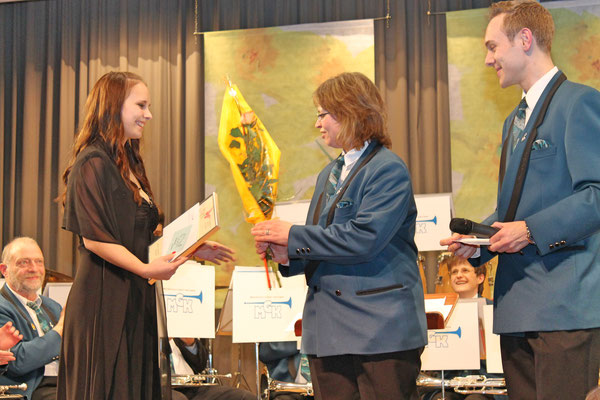 Ehrendame Flavia Zeltner; Jacqueline Erismann, Ehrenmitglied 20 Jahre MGK; Präsident Matthias Zeltner; Jahreskonzert 29. März 2014 Mehrzweckhalle Kölliken