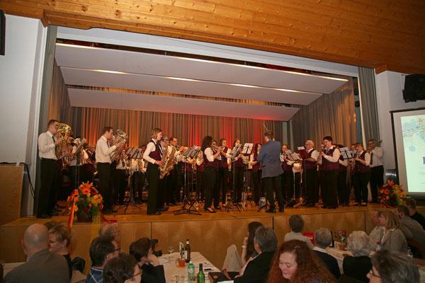 MGK und MVU spielen gemeinsam die Badische Hymne «Hoch Badnerland» dirigiert von Johannes Asal; Jubiläumskonzert «125 Jahre MGK» 02.04.2016 MGK und MVU (D); Foto: Ruedi Hunziker, Atelier Lightning, Kölliken