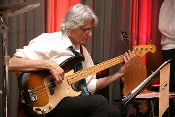 Marius Bröchin, E-Bass; Jubiläumskonzert «125 Jahre MGK» 02.04.2016 MGK und MVU (D); Foto: Ruedi Hunziker, Atelier Lightning, Kölliken