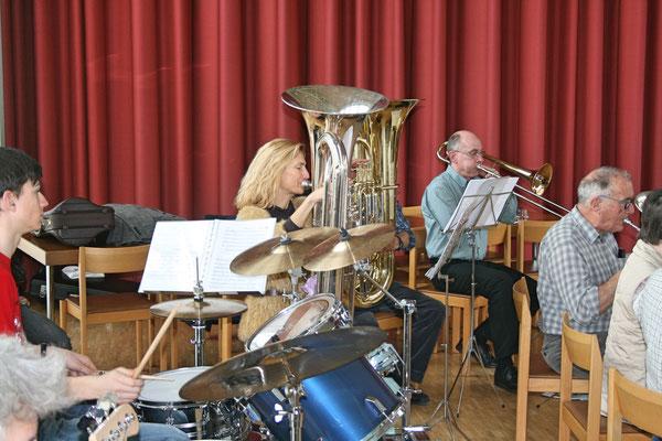 Claudius Ammann (Schlagzeug), Carolina Ammann (B-Bass), Sepp Ottiger (verdeckt; B-Bass), Daniele Fabbro (Posaune), Hans Boner (Es-Horn); Probesamstag 12. März 2011 Arche Kölliken