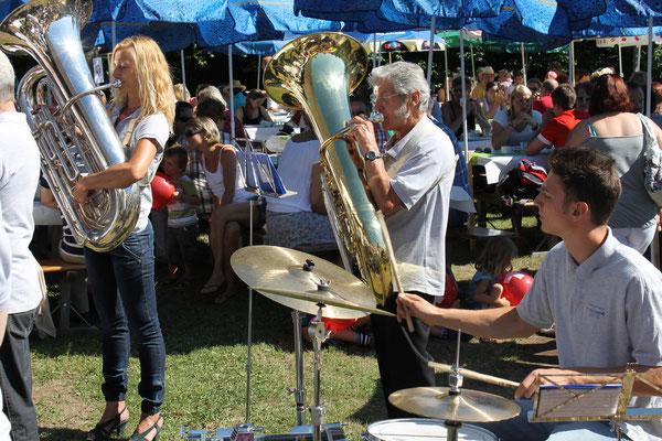 Carolina Ammann (B-Bass) und Sepp Ottiger (B-Bass), Claudius Ammann (Schlagzeug); Bundesfeier 01. August 2013 beim Strohdachhaus Kölliken