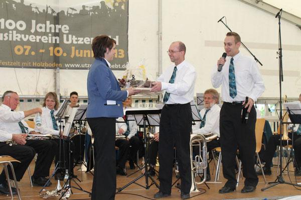 Stefanie Ginzky 1. Vorsitzende MVU; Robert «Röbi» Messer, Vizepräsident MGK; Matthias Zeltner, Präsident MGK; 100-Jahr-Jubiläum des MV Utzenfeld 9. Juni 2013 in Utzenfeld (D)