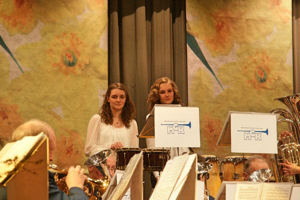 Ursina und Linda Ammann (Percussion); Jahreskonzert 23. März 2013 Mehrzweckhalle Kölliken