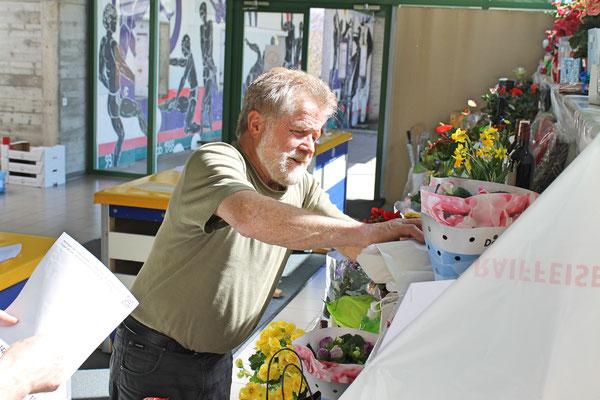 Lui Huber, Tombola im Foyer der Mehrzweckhalle; Jahreskonzert 28. März 2015 in der Mehrzweckhalle Kölliken