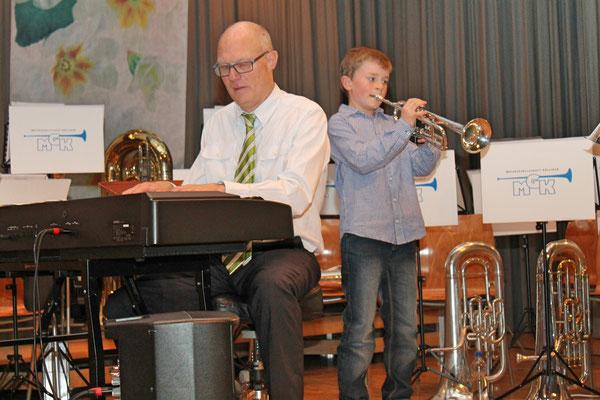 Hansjörg Ammann (Elektropiano), Musikschüler Noé Maibach (Trompete); Jahreskonzert 28. März 2015 in der Mehrzweckhalle Kölliken