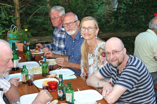 "Röbi Messer, Carolina Ammann, Hansjörg Ammann, Max Hächler, Grillieren beim ""Froschebrönneli"" Kölliken am 3. Juli 2017"