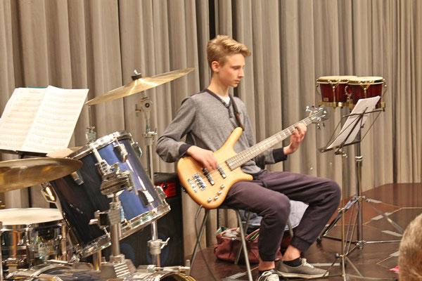 Valentin Ammann (E-Bass); Generalprobe vom 29. März 2017 in der Mehrzweckhalle fürs Jahreskonzert vom 1. April 2017
