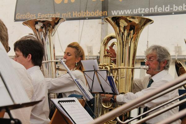Carolina Ammann (B-Bass), Sepp Ottiger (B-Bass); 100-Jahr-Jubiläum des MV Utzenfeld 9. Juni 2013 in Utzenfeld (D)