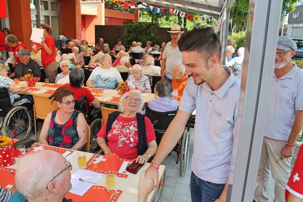 Bundesfeier beim Alterszentrum Sunnmatte Kölliken 1. August 2017; Claudius Ammann (Schlagzeug) begrüsst MGK-Ehrenmitglied Heinz Lienhard; vis-à-vis Hedi Lienhard