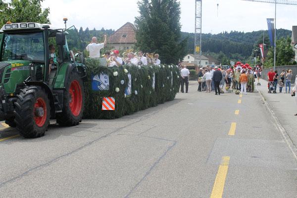 Wagen mit dem Jubiläumslogo «125 Jahre MGK»; Traktor und Wagen von Urs Hilfiker und Christian Hochuli, Kölliken; Jugendfestumzug 24.06.2016