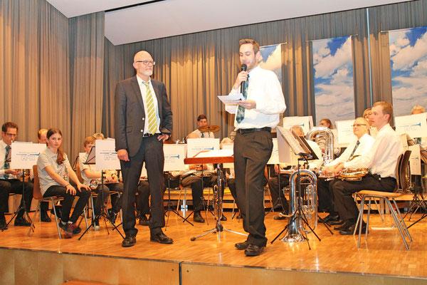 Dank und Grappa für Hansjörg Amman überreicht von MGK-Präsident Matthias Zeltner; Jahreskonzert vom 1. April 2017 in der Mehrzweckhalle Kölliken
