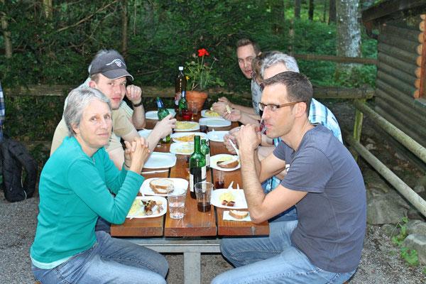 """links: Daniela Zeltner, Matthias Graber; rechts: Dani Widmer; Grillieren beim """"Froschebrönneli"""" Kölliken am 3. Juli 2017"""