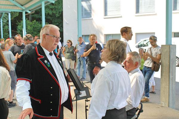Empfang der Turner vom Eidg. Turnfest Bahnhof Kölliken 23. Juni 2019; Apero beim Schulhaus; Martin Erdös (Präsident Jodlerklub), Jacqueline Erismann (Präsidentin MGK)