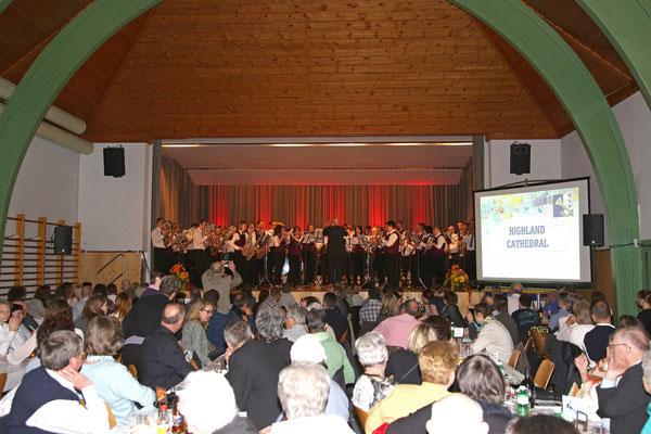 MGK und MVU spielen gemeinsam «Highland Cathedral» dirigiert von Hansjörg Ammann; Jubiläumskonzert «125 Jahre MGK» 02.04.2016 MGK und MVU (D); Foto: Ruedi Hunziker, Atelier Lightning, Kölliken