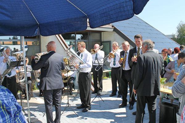 Wiedereröffnung (nach der Modernisierung) der katholischen Kirche Kölliken am 13. August 2017; Zuhörer rechts: Peter Roschi (Aarauer Turmbläser; mit Orangensaft), Arwed Peemöller (Aarauer Turmbläser; mit Wein)