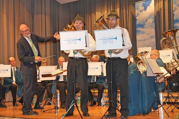 «Zwei lustige Vagabunden» (Komposition von Franz Watz): Matthias Graber (links; Euphonium), Matthias Zeltner (Euphonium); Jahreskonzert vom 1. April 2017 in der Mehrzweckhalle Kölliken