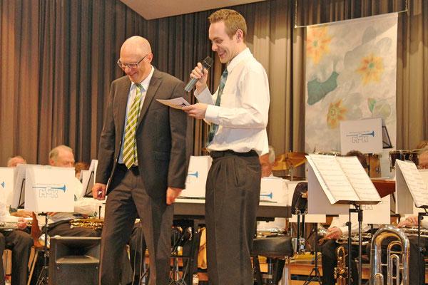 Hansjörg Ammann (30 Jahre Dirigent MGK), Matthias Zeltner (Präsident); Jahreskonzert 28. März 2015 in der Mehrzweckhalle Kölliken