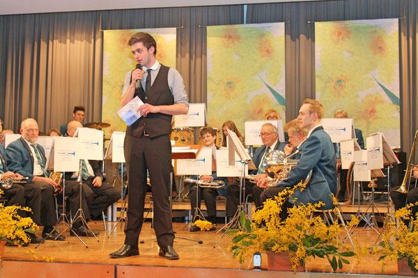 Moderation durch Thomas Meyenberg; Jahreskonzert 29. März 2014 Mehrzweckhalle Kölliken