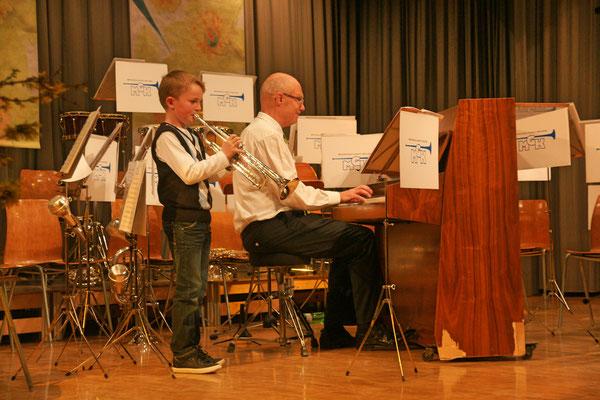 Jungmusikant Noé Maibach begleitet von Hansjörg Ammann; Jahreskonzert 23. März 2013 Mehrzweckhalle Kölliken