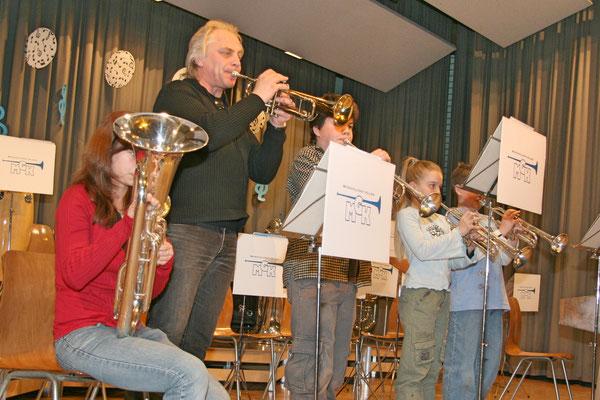 Ernst Buchinger mit Musikschülern; links Flavia Zeltner (Euphonium; Ehrendame ab 2011); Jahreskonzert 29. März 2008 Mehrzweckhalle Kölliken