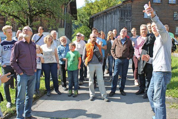 Musikreise 23. und 24. September 2017 nach Elm GL, Fläsch GR, Taminaschlucht SG; Ruedi Rhyner erklärt das Entstehen des Martinslochs und zeigt die Abbruchstellen des Bergsturzes von 1881