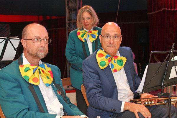 Röbi Messer (links) und Markus Brechbühl; dahinter Jacqueline Erismann; Auftritt im Zirkus Stey Dorfplatz Kölliken am 17. August 2018