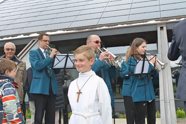 Ständchen Erstkommunion 5. Mai 2019 Katholische Kirche Kölliken; Erstkommunikant Naoise Ryan vor der MGK