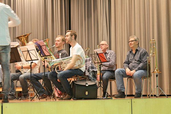 vorne (links) Matthias Graber (Euphonium), Matthias Zeltner (Euphonium); hinten (links) Daniele Fabbro (Posaune), Albert Furrer (Posaune); Generalprobe vom 29. März 2017 in der Mehrzweckhalle fürs Jahreskonzert vom 1. April 2017