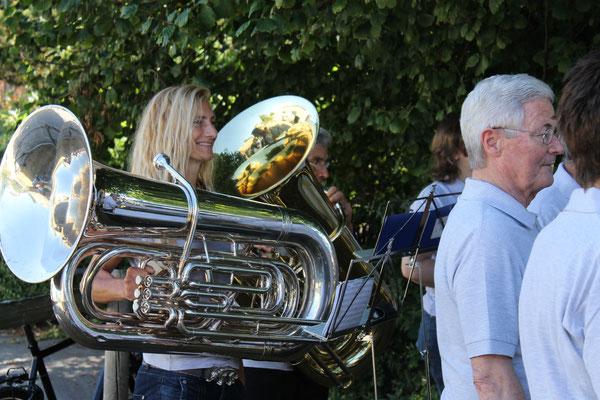 Carolina Ammann (B-Bass); MGK an der Bundesfeier 1. August 2013 beim Strohdachhaus Kölliken