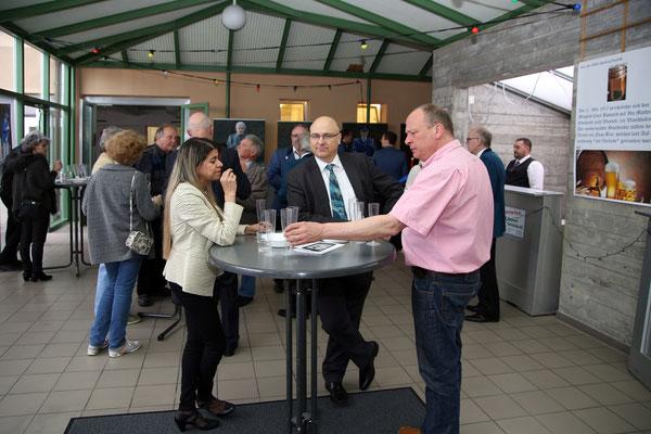 Brüder Markus (links) und Christoph Brechbühl; Apéro im Foyer der Mehrzweckhalle; Jubiläumskonzert «125 Jahre MGK» 02.04.2016 MGK und MVU (D); Foto: Ruedi Hunziker, Atelier Lightning, Kölliken