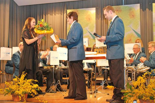 Ehrendame Flavia Zeltner; Yvonne Gretsch, Kantonale Musikveteranin AMV 25 Jahre MGK; Präsident Matthias Zeltner; Jahreskonzert 29. März 2014 Mehrzweckhalle Kölliken