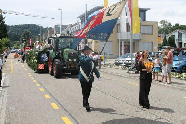 Fähnrich Herbert «Hebu» Suter und Ehrendame Flavia Zeltner; Jugendfestumzug 24.06.2016