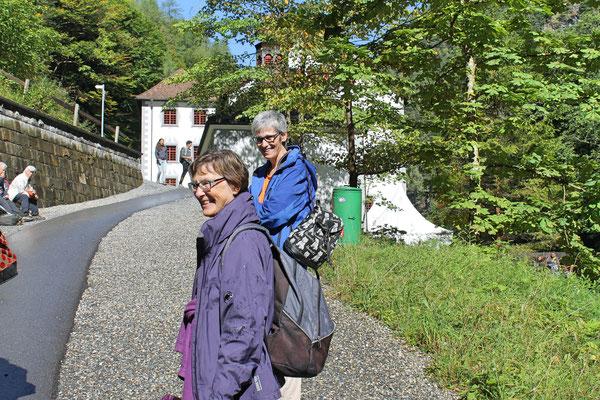 Musikreise 23. und 24. September 2017 nach Elm GL, Fläsch GR, Taminaschlucht SG; Heidi Franz (vorne), Yvonne Gretsch beim Alten Bad Pfäfers
