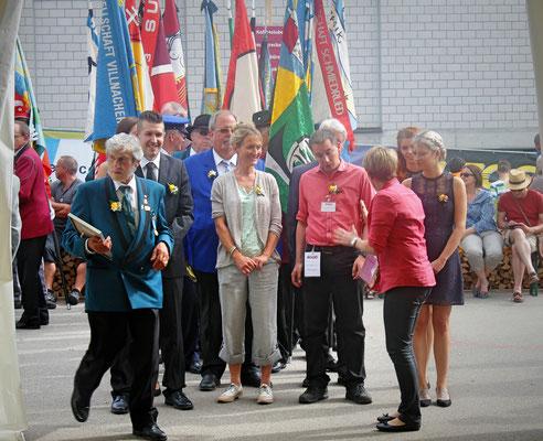 Sepp Ottiger, (in der Mitte) Regierungsrätin Susanne Hochuli, dahinter AMV-Präsident Kurt Obrist; Musiktag Hausen 22. Mai 2016